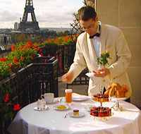 Le Plaza Athénée une bonne adresse pour un dîner romantique avec une escort girl des Champs Élysées