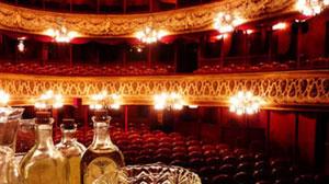 Jouer le grand jeu à une escort girl, invitez-la au Théâtre du Palais Royal