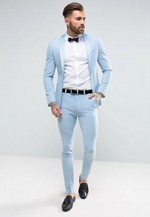 Un escort boy très présentable habillé classe pour accompagner une femme