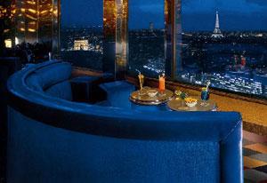Jolie terrasse de nuit avec vue imprenable sur Paris 17e, un endroit qui plaira à votre escort girl