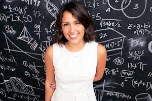 Une femme belle et intelligente devant un tableau remplit de formules mathématiques