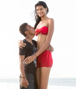 Un homme beaucoup plus petit que la fille qui l'accompagne