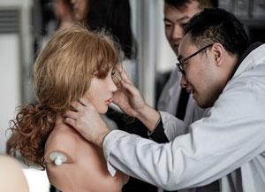 Un fabricant de robot sexuel peaufine les détails d'un model femme