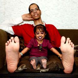 Une femme minuscule entre les jambes de son homme très grand
