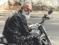 Un homme de cuir vêtu assis sur une motocyclette