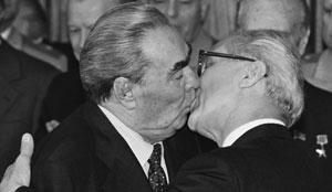 Moment d'amour à la fois individuel et collectif : deux hommes qui s'embrassent devant la foule des convives