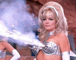 Une blonde sexy armée d'un soutient gorge mitrailleuse