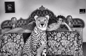 Une femme escorte cougar habillée sexy sur son lit